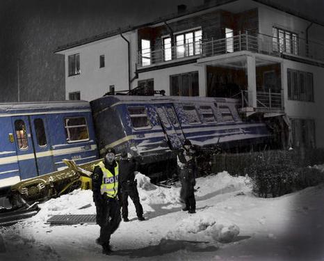 девушка врезалась в дом на поезде