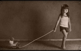 Девочка играет с машинкой